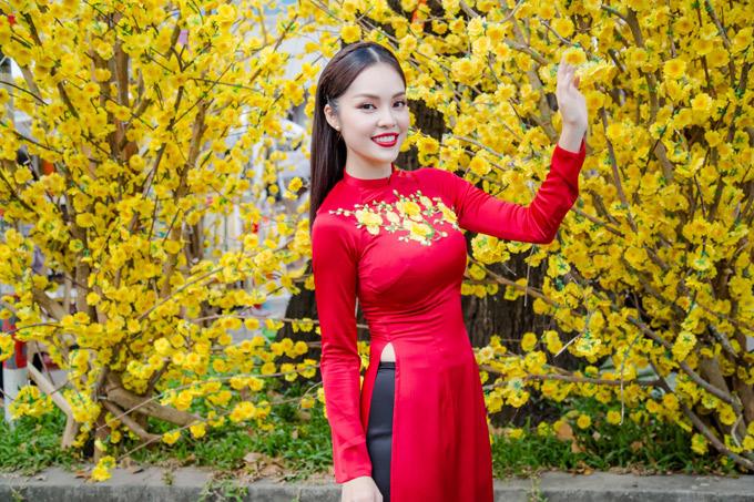 Dương Cẩm Lynh rạng rỡ trong tà áo dài, khoe sắc bên những cành hoa mai - biểu tượng của mùa xuân phương Nam.