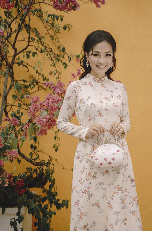 Khánh Hiền dịu dàng, nền nã trong tà áo dài truyền thống.