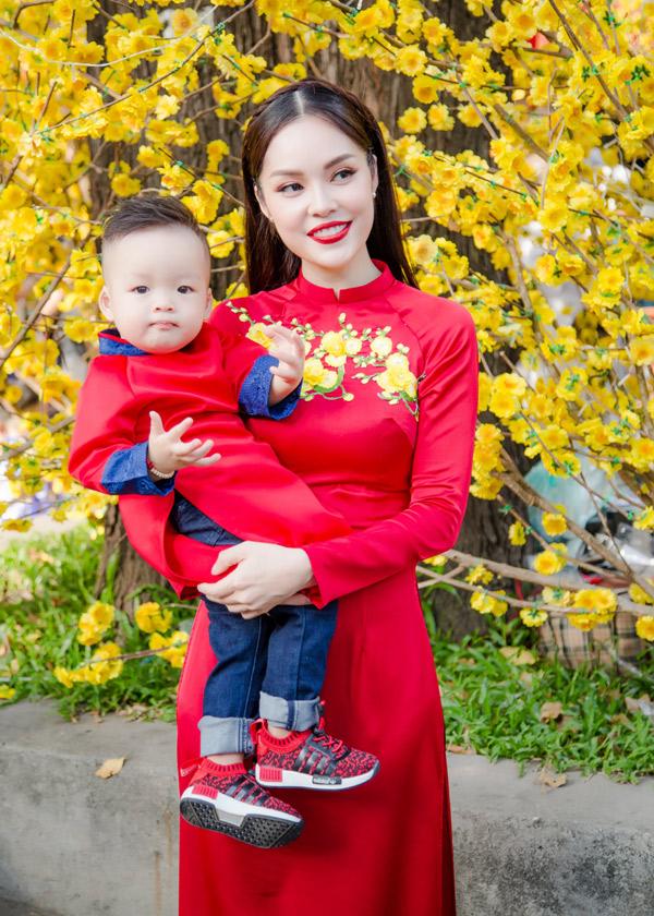 Năm 2017 đối với cô rất đặc biệt vì tổ ấm nhỏ có thêm thành viên mới. Bé William con trai Dương Cẩm Lynh và nhà sản xuất phim Anh Khoa được hơn một tuổi. Đây là cái Tết đầu tiên của cậu quý tử.