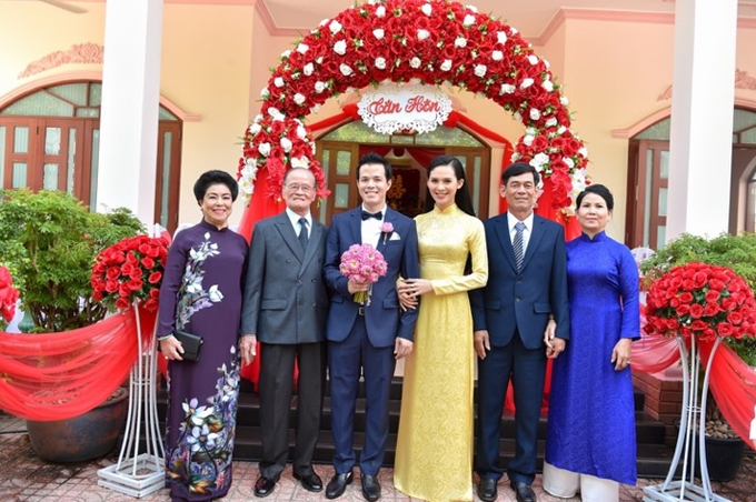 Bà Trần Thị Thái (áo dài tím), mẹ chồng Sang Lê trong đám cưới con trai.
