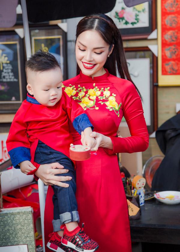 Nhóc tỳ mặc áo dài đi chơi xuân cùng mẹ.