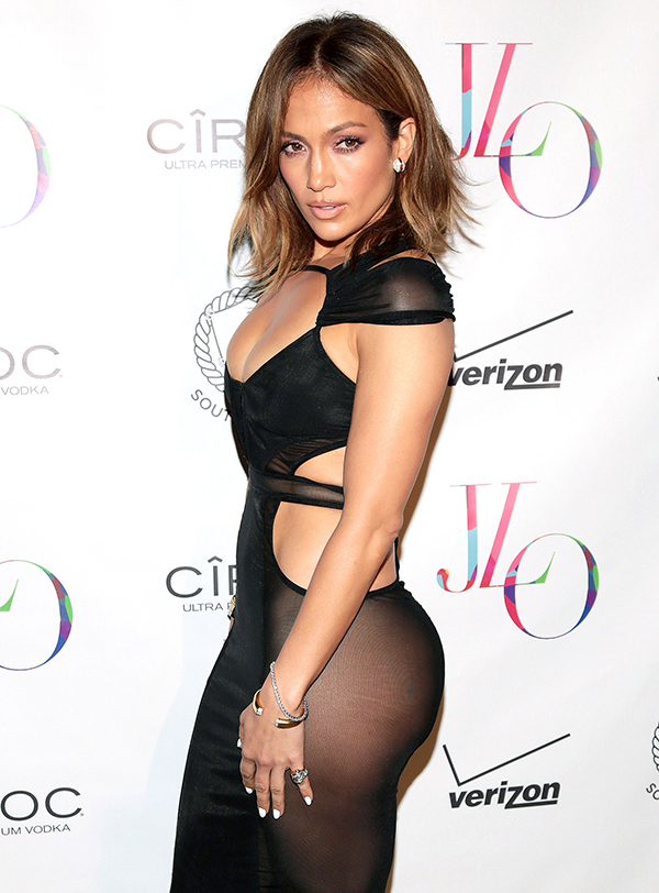 Bà mẹ hai con Jennifer Lopez cần tới chế độ ăn kiêng và tập luyện đặc biệt để giữ dáng. Cô dành ít nhất 1 giờ mỗi ngày để tập luyện, trong đó, 30 phút tập các bài tăng nhịp tim, 30 phút tập hỗ trợ cơ. Chế độ dinh dưỡng của J.Lo đặc biệt chú trọng protein để xây dựng cơ bắp. Cô duy trì thói quen uống nước khoáng mỗi ngày để đảm bảo cơ thể không bị mất nước.