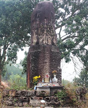 Cột đá chạm rồng được xây dựng từ thời Lý (thế kỷ 11). Ảnh: Quang Chiến