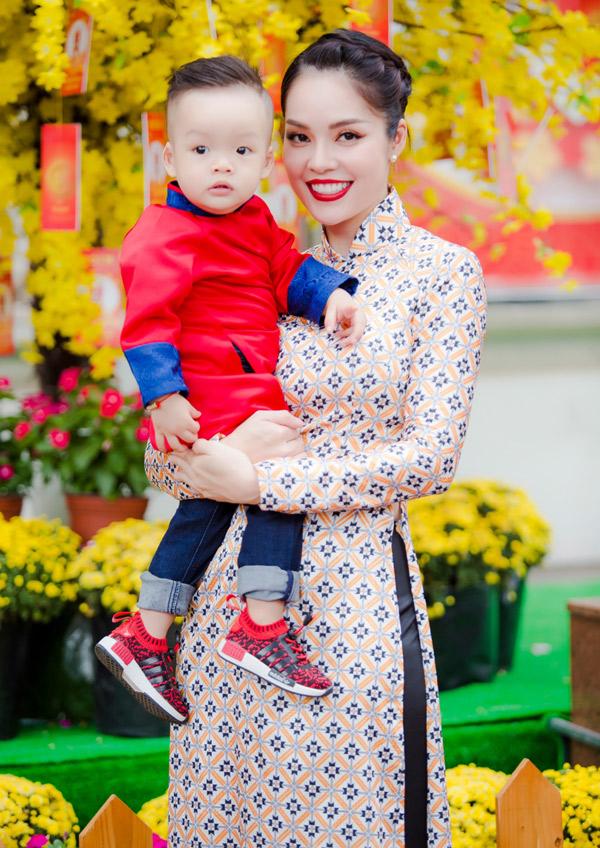 Sau Tết Dương Cẩm Lynh sẽ trở lại phim trường, tiếp tục vai diễn trong Nợ giang hồ. Bộ ảnh do stylist Nhật Duy và chuyên gia trang điểm Thái Vũ Tài Ngân hỗ trợ thực hiện.