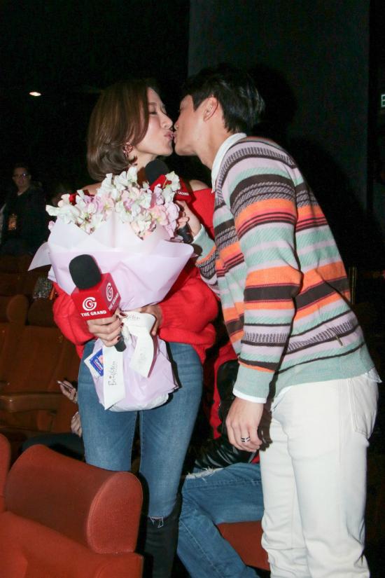 Dương Diđược chồng trẻ tặng hoa và những nụ hôn ngọt ngào trong ngày Valentine.