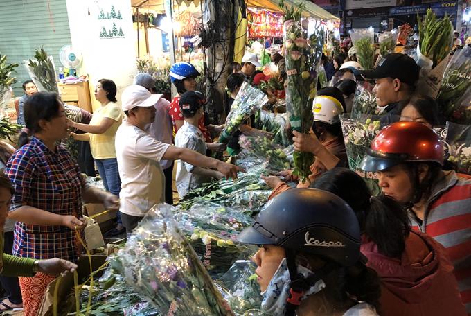 Cảnh mua bán hoa tại chợ lúc nửa đêm 29 Tết. Ảnh: Thiên Chương