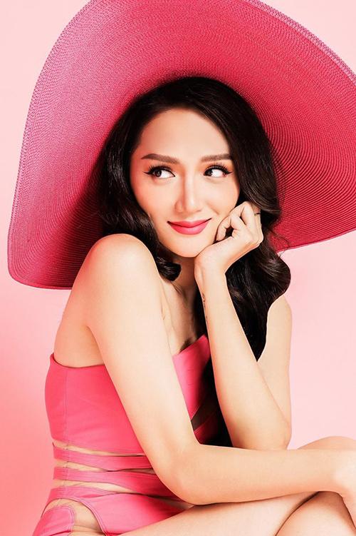 Hương Giang Idol diện áo tắm màu hồng tươi cùng tone với mũ vành rộng để hưởng ứng ngày Valentines day.