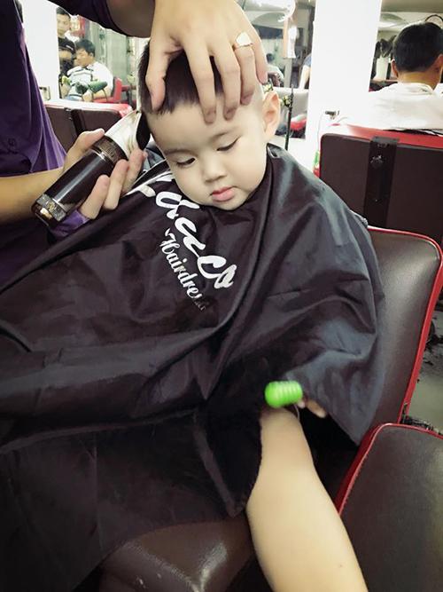 Vy Oanh đưa con trai đi cắt tóc đón năm mới.