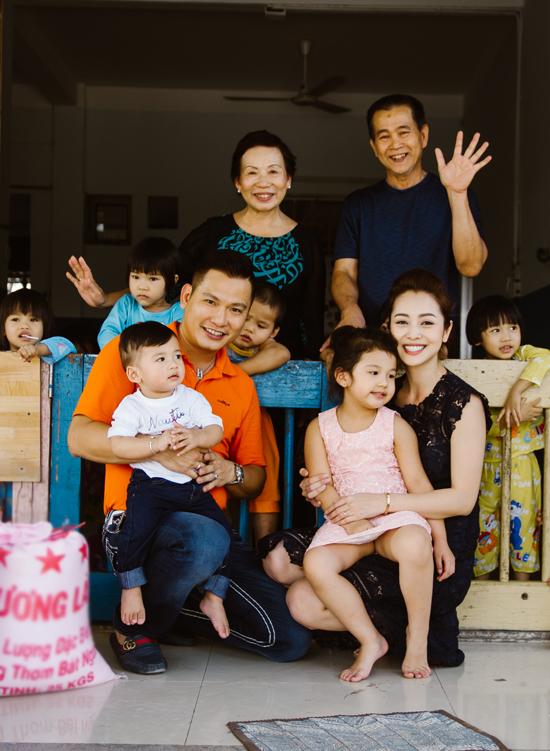 Mẹ chồng Jennifer Phạm rất yêu thương con dâu và đặc biệt cưng chiều hai cháu nội.