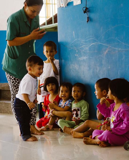 Jennifer Phạm cho biết, cô đưa hai con đi làm từ thiện vì muốn dạy cho các con cách san sẻ yêu thương với những mảnh đời bất hạnh.