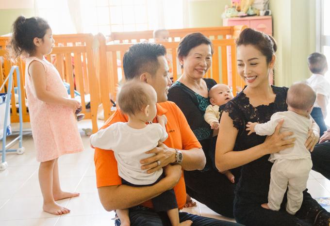 Dù rất bận rộn chuẩn bị đón Tết nhưng hôm qua (14/2),cả gia đình Jennifer Phạm vẫn dành thời gian đi từ thiện. Vợ chồng Hoa hậu cùng hai con và mẹ chồng - doanh nhân Trương Thanh Thanh, đến thăm một viện mồ côi ở Sài Gòn.