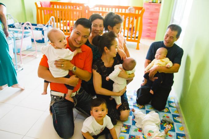 Hai bé Na và Nu không hề tỏ ra ghen tỵ khi bố mẹ cưng nựng những em nhỏ khác.