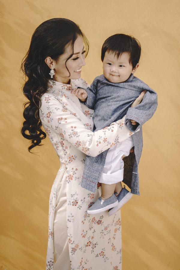 Con trai của nữ diễn viên được gần một tuổi. Đây là cái Tết đầu tiên của cậu bé. Khánh Hiền chia sẻ, cô xem bé Eric như món quà quý giá nhất trên đời.