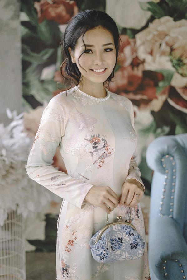 Khánh Hiền chuẩn bị nhiều áo dài để du xuân cùng gia đình, bạn bè.