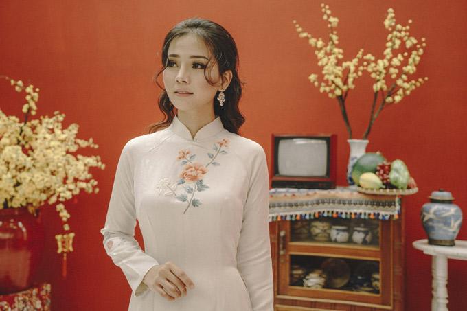 Bộ ảnh do nhà sản xuất Nguyễn Thiện Khiêm, chuyên gia trang điểm Justin Vũ và nhà thiết kế May hỗ trợ thực hiện.