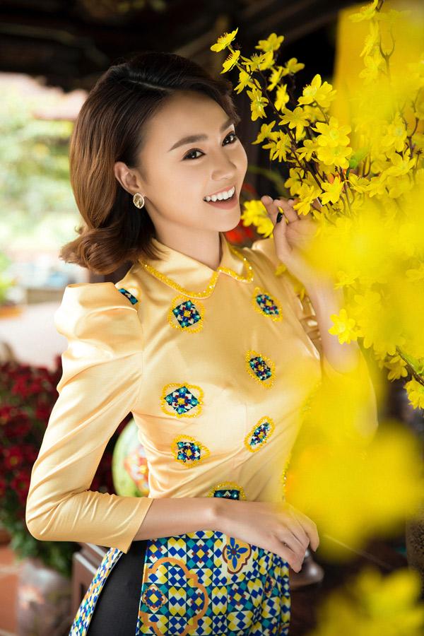 Lan Ngọc rạng rỡ đua sắc bên hoa mai ngày Tết. Bộ ảnh do stylist Đỗ Long hỗ trợ thực hiện.