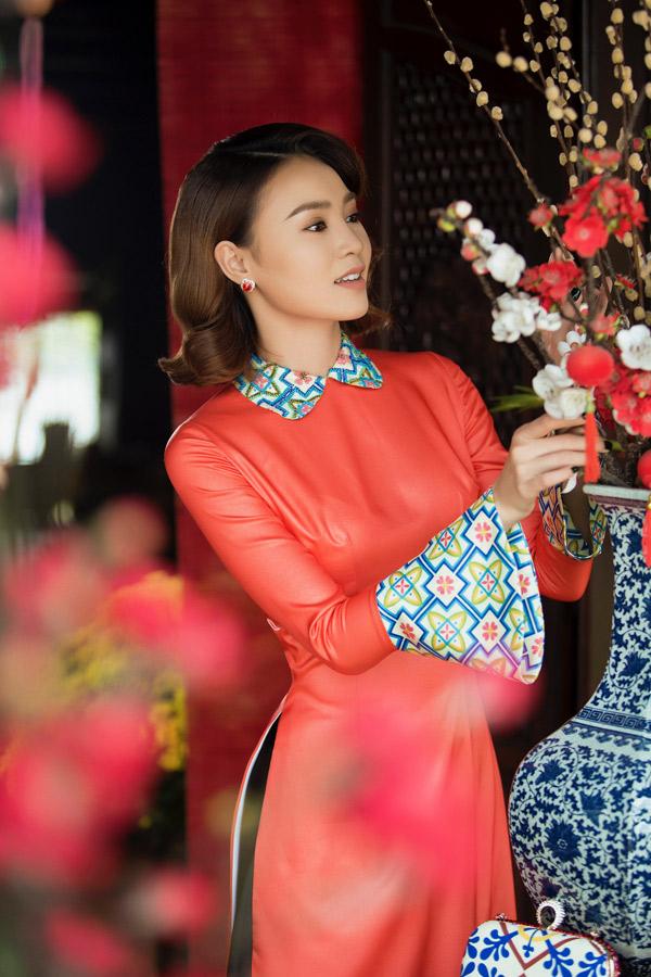 Dịp Tết cô cũng chuẩn bị những bộ áo dài màu sắc, họa tiết nổi bật để du xuân cùng bạn bè.