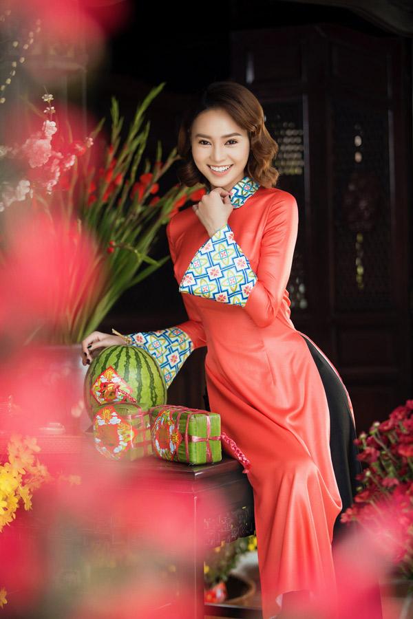 Nữ diễn viên thích trang phục cách điệu cổ cánh sen do nhà thiết kế Bảo Bảo thực hiện.