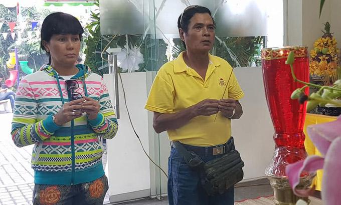 Nghệ sĩ Mai Trần (áo vàng) vĩnh biệt người đồng nghiệp hiền lành.