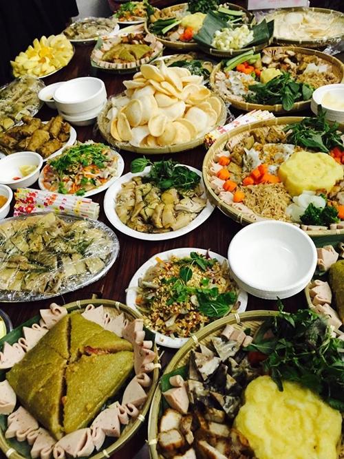 Chị Phạm Sen,nàng dâu Việt tại Zama (vùng lân cậnIsehara) chia sẻ: Tiết mục ẩm thực được chờ đợi nhất và không khiến mọi người thất vọng. Món nào cũng ngon, tròn vị khiến chúng tôi có cảm giác mình đang được đón giao thừa cùng gia đình tại Việt Nam.