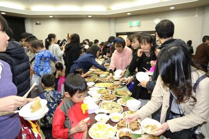 Tiệc đoàn viên có đủ các món ăn Tết truyền thống như bánh chưng, củ kiệu, thịt gà, giò lụa, giò thủ... được chế biển bởi những người Việt xa xứ.