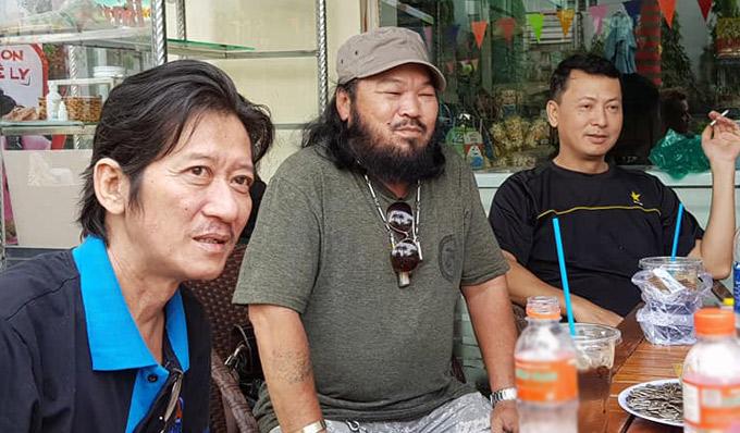 Diễn viên Thế Phương (ngoài cùng bên trái) và Lê Quang ngồi uống nước, nghe mọi người ôn lại những kỷ niệm về Nguyễn Hậu.