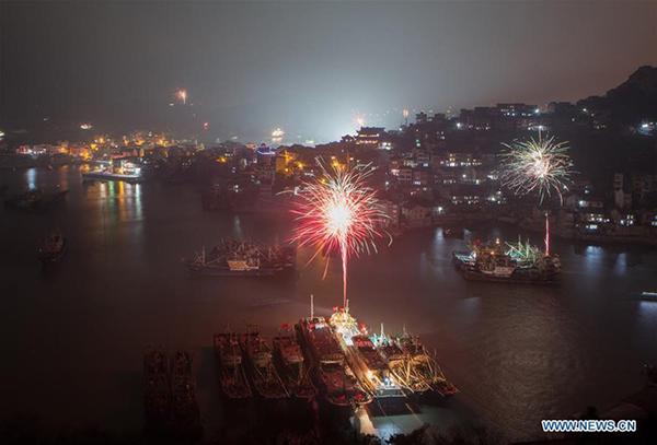 Pháo hoa cảng cá Shitang, Ôn Lĩnh, tỉnh Chiết Giang ở phía đông Trung Quốc. Ảnh: Tân Hoa Xã.
