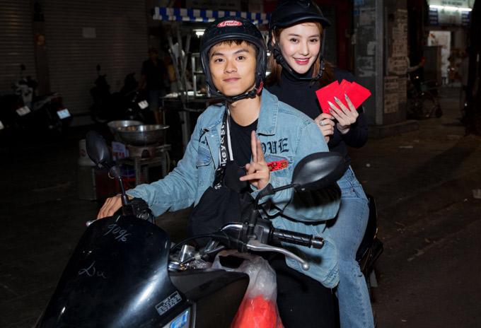 Lâm Vinh Hải chở Linh Chi len lỏi vào từng con hẻm ở TP HCM trong đêm giao thừa để tặng quà Tết cho người nghèo.