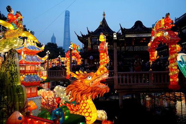 Khung cảnh lễ hội rực rỡ tại Dự Viên, Thượng Hải, Trung Quốc.