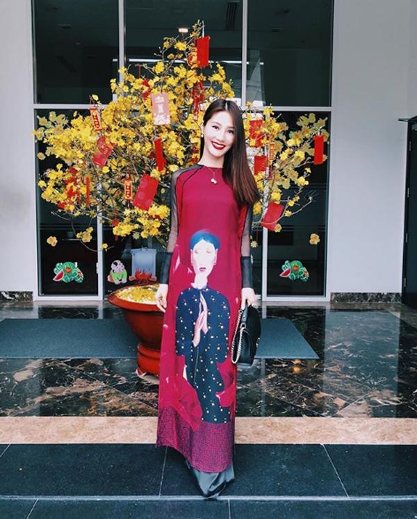 Diễm My 9X cũng chọn áo dài để diện Tết. Nữ diễn viên Cô Ba Sài Gòn kết hợp thiết kế của Adrian Anh Tuấn với túi xách hàng hiệu để hoàn thiện phong cách.
