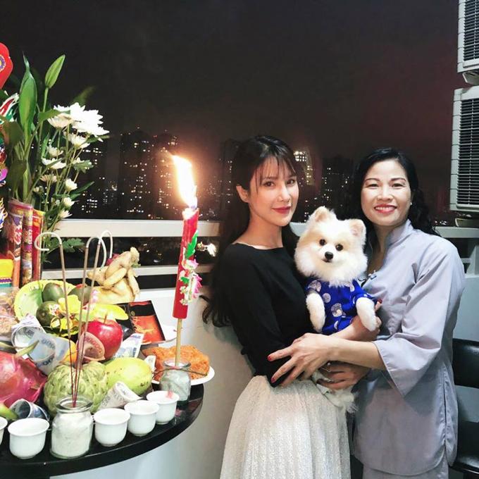 Diệp Lâm Anh đón năm mới bên mẹ và cún cưng.