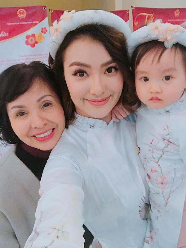 Đêm 30 Tết, Hồng Quế chia sẻ ảnh tự sướng cùng mẹ và con gái Cherry trên trang cá nhân. Người đẹp mặc áo dài ton sur ton cùng con gái và gửi lời chúc mừng năm mới đến người thân và bạn bè.