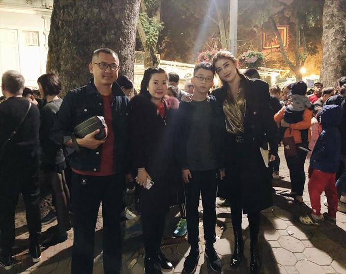 Á hậu Việt Nam 2014 Huyền My quây quần bên bố mẹ và em trai trong giây phút giao thừa. Cả gia đình người đẹp cùng nhau đi dạo phố, ngắm pháo hoa để chờ đón thời khắc chuyển giao sang năm mới.