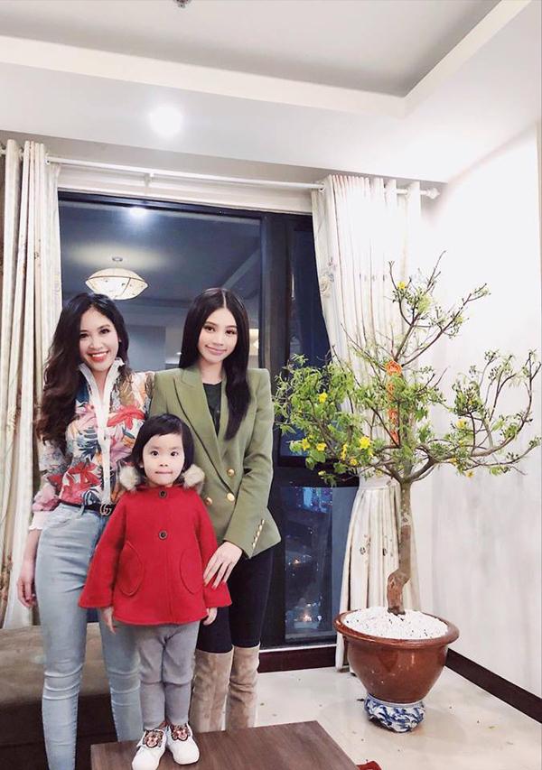 Jolie Nguyễn ra Hà Nội đón Tết cùng người thân. Cô viết trên trang cá nhân: Gia đình nhà Lỳ đi đón giao thừa đây. Chúc mọi người đón tết thật ấm áp bên người thân và bạn bè nhé.