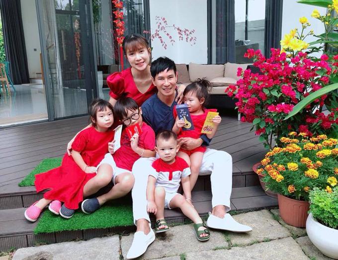 Gia đình Lý Hải - Minh Hà cùng diện tông đỏ về Mỹ Tho chúc Tết người thân.
