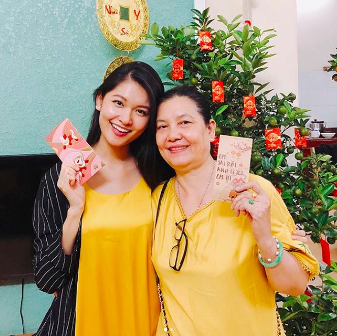 Á hậu Thùy Dung tươi cười cùng mẹkhoe phong bao lì xì.