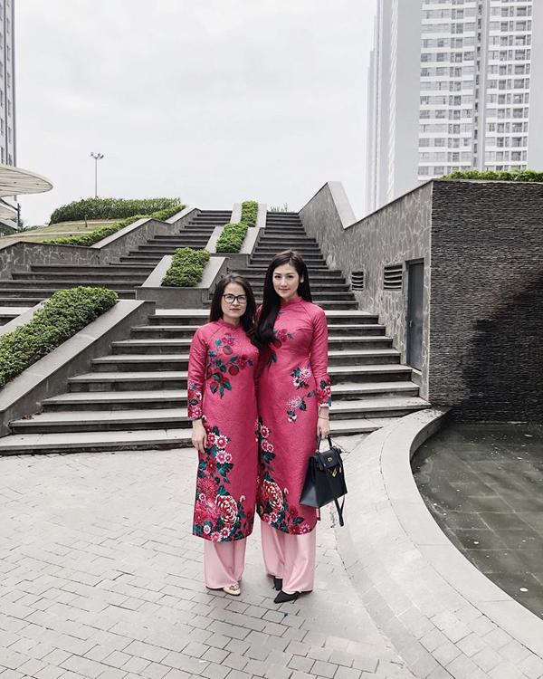Á hậu Tú Anh và mẹ cũng mặc áo dài giống hệt nhau khi đi du xuân.