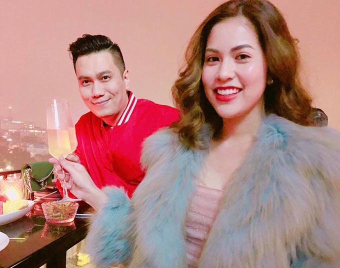 Vợ chồng diễn viên Việt Anh lựa chọn đón giao thừa ở một quán bar trên cao để ngắm nhìn màn pháo hoa đón chào năm mới.