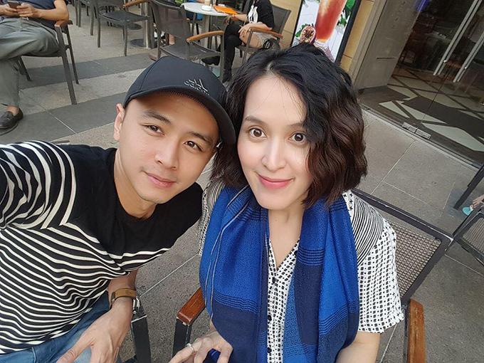 Trong khi đó, chiều 30 Tết, vợ chồng Tú Vi - Văn Anh tranh thủ đi cà phê tận hưởng ngày bình yên ở Sài Gòn: Cafe chiều 30 Tết, 1 năm ròng rã Saigon có mấy ngày trả về cho người Saigon, bình yên thoáng đãng và không khói bụi ngập đầu.
