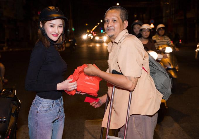Linh Chi rất hạnh phúc khi giúp đỡ những người tàn tật, neo đơn, người vô gia cư.