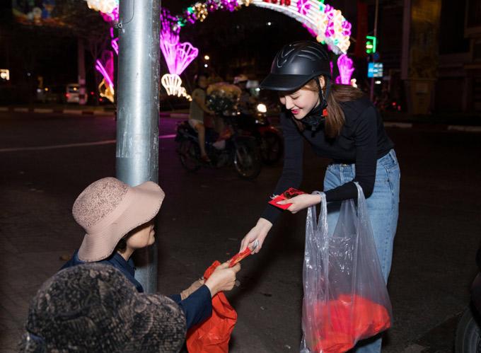 Một số người già vẫn bám trụ ở các cột đèn để chờ lòng hảo tâm của người qua đường.
