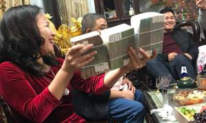 Lì xì phong cách 'mẹ người ta' cả xấp tiền 500.000 đồng