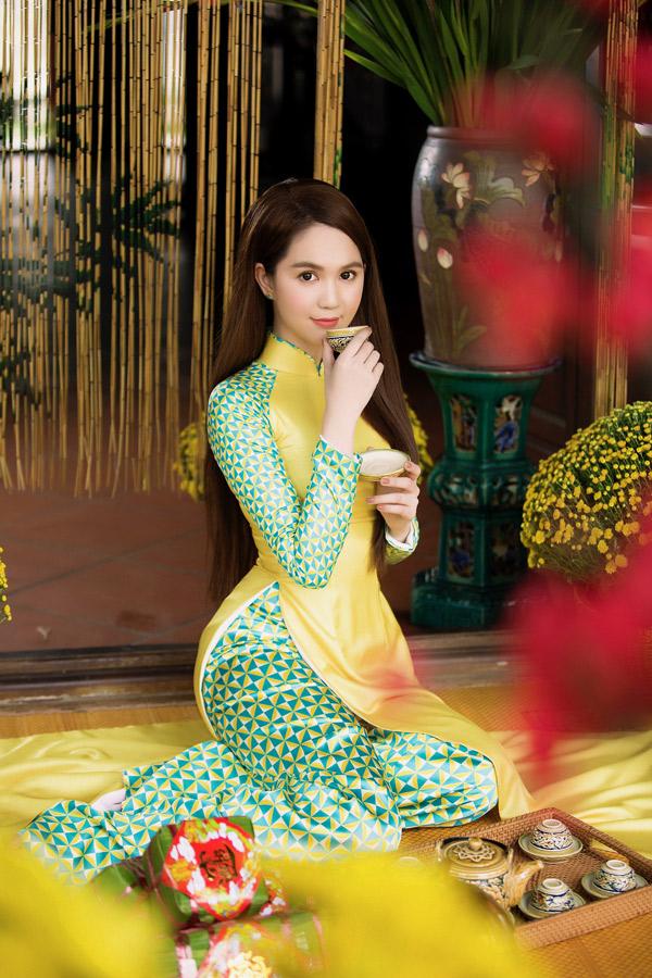Ngọc Trinh điệu đà làm duyên với những tà áo dài gạch bông của nhà thiết kế Bảo Bảo.