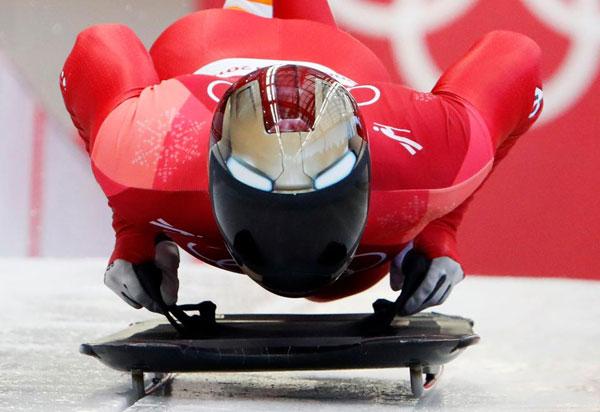 Thời trang mũ không đụng hàng của các VĐV trượt băng nằm sấp
