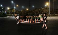 Vợ chồng thương lái mang hoa Tết ế trang trí cho vòng xoay Sài Gòn