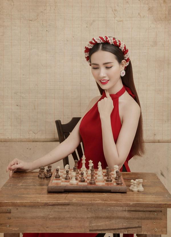 Phan Thị Mơ điệu đà, gợi cảm với trang phục lấy cảm hứng từ áo dài và chiếc yếm của phụ nữ Việt Nam thời xưa.