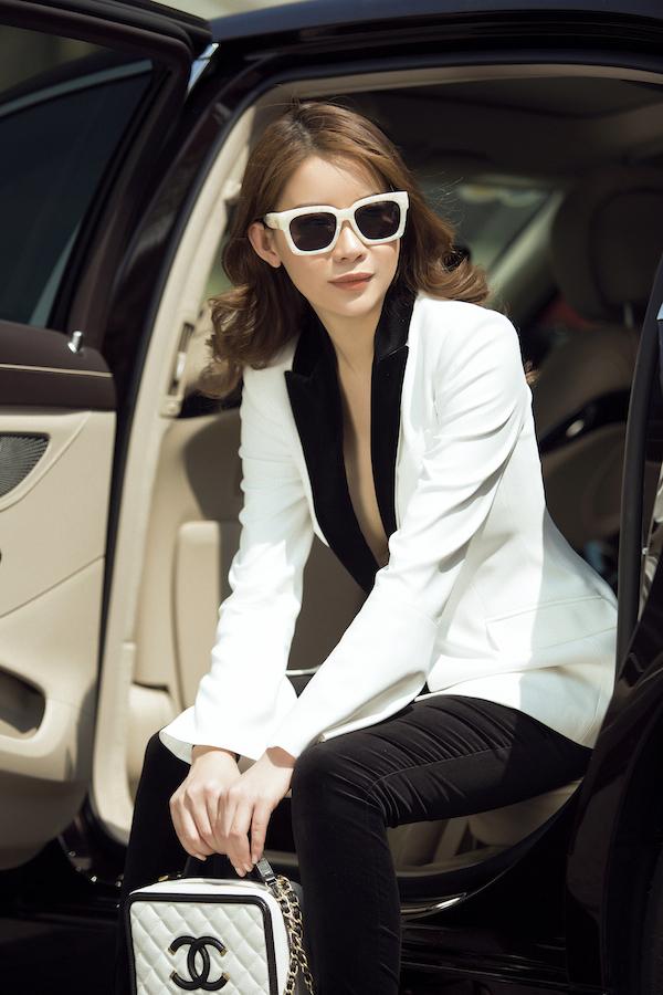 Trong bộ ảnh đầu xuân Mậu Tuất, Hoa hậu Hải Dương lựa chọn phong cách thanh lịch với Vest trắng sang trọng.