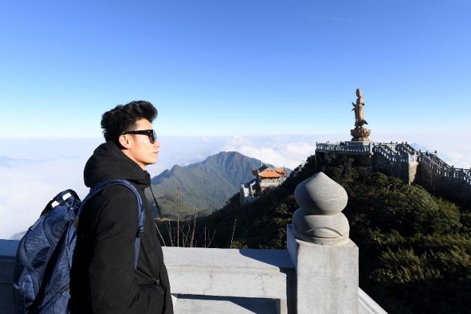 Tọa lạc phía cuối đường La Hán là tượng Quan Thế Âm Bồ Tát bằng đồng cao 9m, ngự trị trên một tảng đá cao ngay phía trước Kim Sơn Bảo Thắng Tự.