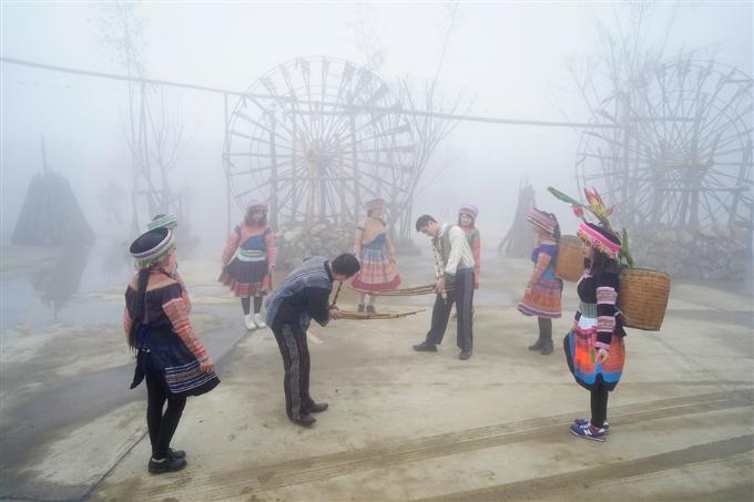 Ngoài ra, nhân dịp Tết Mậu Tuất,Sun World Fansipan Legend tổ chứclễ hội Sắc xuân Tây Bắc đậm chất vùng cao, với tiếng khèn, điệu múa vànhững trò chơi dân gian vui nhộn.