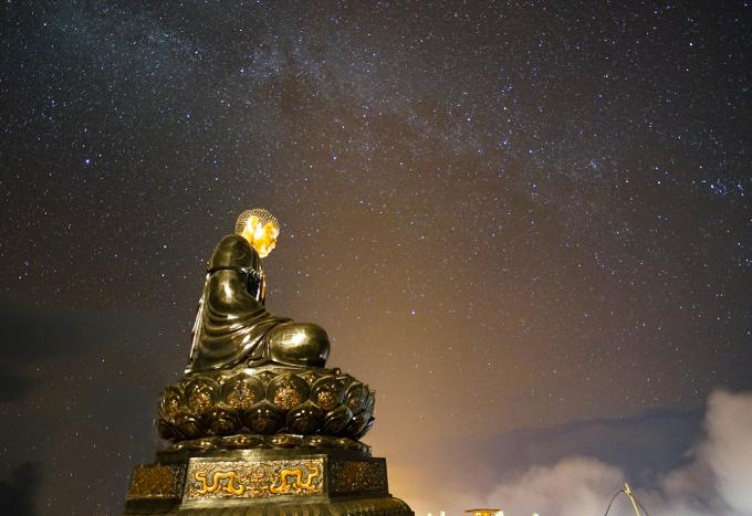 Bức tượng phật uy nghi giữa trời đêm đầy sao trên đỉnh Fansipan.